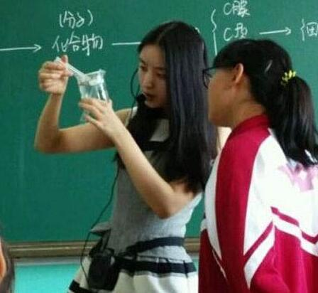 裙子上学 美女老师穿短裙上课差点走光图片