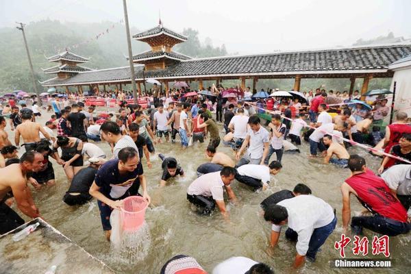 """广西办""""闹鱼节"""" 民众水中争抢活鱼"""