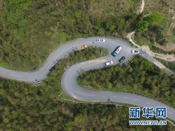 """这是湖南省郴州市苏仙区王仙岭景区发生翻车事故的""""之""""字形公路"""
