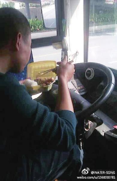 公交司机等灯吃饭你怎么看? 有人心疼有人质疑
