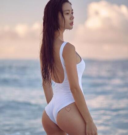 """柳岩和/""""亚洲第一美女""""穿抹胸裙俯身大笑秀傲人事业线网友:柳岩和她..."""