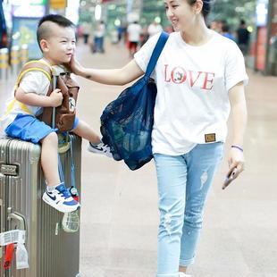 何洁深夜带孩子回京互动有爱