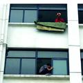 5楼窗台欲跳楼 消防员飞身一跃将其推回屋