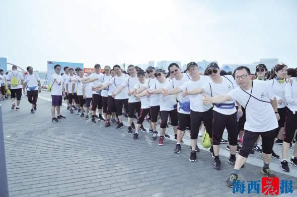 全民健身!近千市民徒步感受十公里湖海风景线