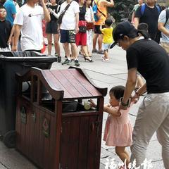 游客众多 文明有序:垃圾不乱丢 为街区增色